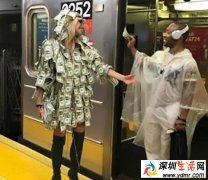 女模特穿钱大衣坐地铁 陌生人可随便撕钱用