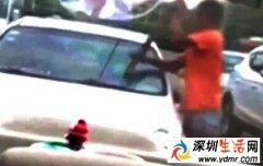 残疾男子强行乞讨过程回顾 强行拉开车门殴打司机!